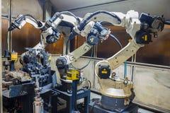 Robotar som svetsar laget Royaltyfri Fotografi