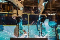Robotar svetsar i bilfabrik Fotografering för Bildbyråer