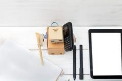 Robotarbetena Han skriver, i dagboken och samtal på telefonen Royaltyfria Bilder