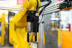 Robotarm i en fabrik Arkivbild