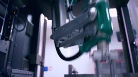 Robotarm på den förpackande linjen Automatiserad process industriell utrustning stock video