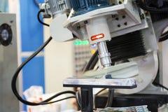 Robotarm som avslutar automatisk delyttersida, genom att svepa process f royaltyfria foton
