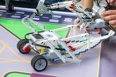 Robotbil, robotteknik med fjärrkontroll Fanrobotar med childre arkivbilder