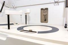 Robotblodanalysator Blodprov i laboratoriumet royaltyfria foton