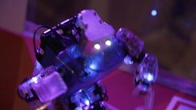 Robotdanserna och att vinka hans hand och på slutet gör dubbar lager videofilmer