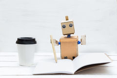 Roboten fungerar Han rymmer en penna i hans hand och skriver i a Arkivfoton
