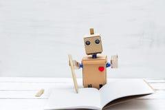 Roboten i handhåll skriver och skriver i dagbok Arkivfoto