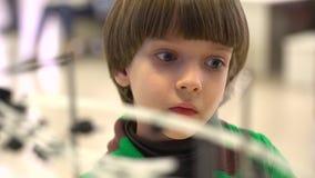 Roboten visade för barn på den 4th ryska vetenskapsfestivalen Händelsen siktade att popularisera vetenskap och stock video