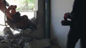 Roboter-Ausrüstung zerstört die Wände stock video footage