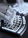 Roboter, der auf selbst-belichteter Begriffstastatur schreibt Lizenzfreies Stockfoto