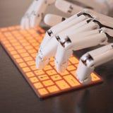 Roboter, der auf Tastatur schreibt Stockbild