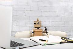 Roboter, der an einem Computer arbeitet; Arbeitsplatz lizenzfreie stockfotografie