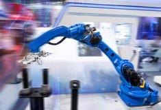 Roboter, der Kleberspritze Einspritzung am Telefon hält Lizenzfreie Stockfotos