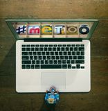 Roboter an einem Laptop mit metoo lizenzfreie stockfotos