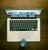 Roboter an einem Laptop SEO stockbilder