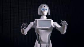 Roboter erregt Aufmerksamkeit mit breiten Armbewegungen 4K stock video