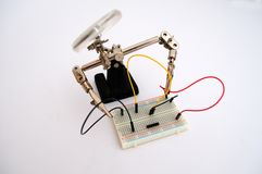 Roboter für die Koppelung von Drähten auf dem Brett stockfotografie
