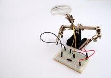 Roboter für die Koppelung von Drähten auf dem Brett stockfoto
