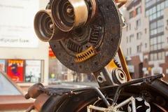 Roboter hergestellt vom rostigen Metall Naher hoher Kopf des Roboters Selektiver Fokus stockfotografie