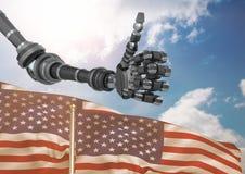 Roboter mit den Daumen oben gegen den Himmel und die amerikanische Flagge Lizenzfreies Stockfoto