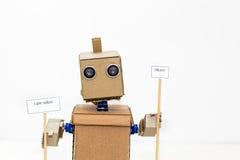 Roboter mit den Händen auf einem weißen Hintergrund Lizenzfreie Stockfotos