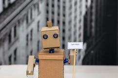 Roboter mit den Händen, die eine Platte halten Stockbilder