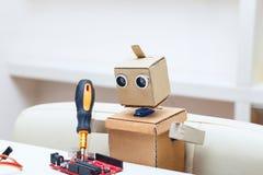 Roboter mit rotem Chip des Armlötmittels auf dem Tisch Stockfoto