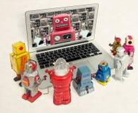 Roboter plaudern miteinander in einem Laptop lizenzfreie stockfotos