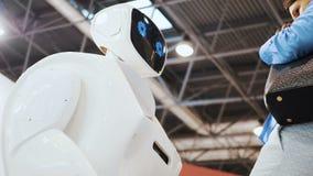 Roboter und ein Mann Moderne Robotertechnologien Der Roboter betrachtet die Kamera auf die Person Der Roboter zeigt Gefühle stock footage