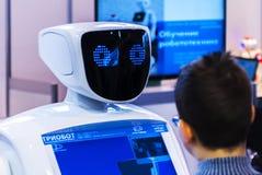 Roboter und Mensch auf Robotik-Ausstellung 2016 Stockfotografie