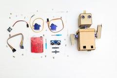Roboter und Robotikteile und -elemente auf dem Desktop Flache Lage Stockbild