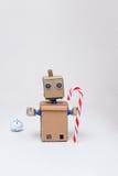 Roboter und Weihnachtsdekoration auf weißem Hintergrund Lizenzfreies Stockbild