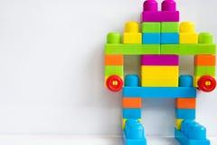 Roboter von den bunten Blöcken auf weißem Hintergrund Lizenzfreies Stockbild