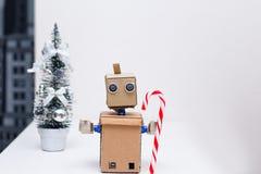 Roboter whith Süßigkeit, Weihnachtsbaum und Dekoration des neuen Jahres Lizenzfreie Stockfotos