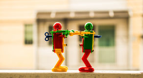 Roboter zwei auf dem Zaun lizenzfreie stockfotografie