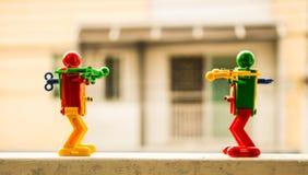 Roboter zwei auf dem Zaunfenster lizenzfreie stockbilder