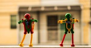 Roboter zwei auf dem Zaunfenster Stockbild