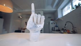Roboterarm mit einem Zeigezeigefinger Wirklicher menschlich ähnlicher Roboterarm stock footage
