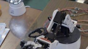 Roboterarm zu den industriellen Zwecken stock footage