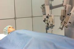 Roboterarme, die experimentelle Chirurgie auf menschlicher Attrappe durchführen lizenzfreie stockfotografie