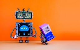 Roboterautomatisierungslieferungsservicekonzept Roboter mit angetriebener Palettensteckfassung Geladene Kästen des Gabelstaplerwa Lizenzfreies Stockfoto