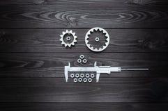 Robotergesicht von den Gängen Werkzeug und Nüsse auf hölzernem Hintergrund lizenzfreies stockbild