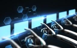 Roboterhände, die virtuelle Schirme über Schwarzem berühren Lizenzfreies Stockbild