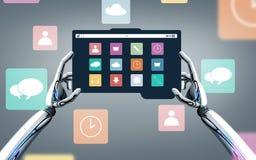 Roboterhände mit Menüikonen auf Tabletten-PC-Schirm Stockfotografie
