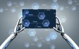 Roboterhände mit Tabletten-PC und chemischer Formel Stockbild