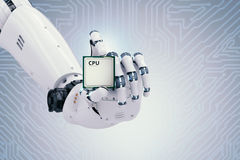 Roboterhand, die CPU Chip hält Stockbild
