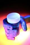 Roboterhandholdingflasche Lizenzfreie Stockbilder