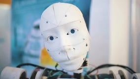 Roboterkopf in der Bewegung stock video