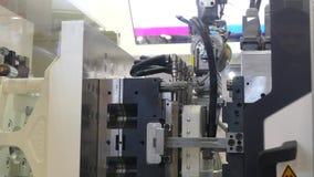 Roboterlinie für die Produktion stock video