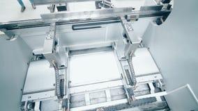 Robotermaschine in der Fabrik Moderne industrielle Ausrüstung für Metallverarbeitung stock video